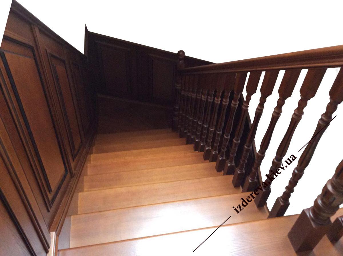 Дерев'яні сходи в будинок на другий поверх